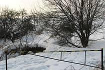 Dobrovolné hasiče v Sulimově trápí, že se autem nemohou dostat k tamní vodní nádrži, dříve užívané jako koupaliště. Po mostě totiž zbyly jen pozůstatky.