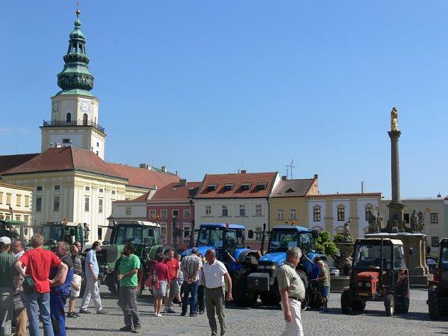 Kroměřížské náměstí zaplnily traktory.