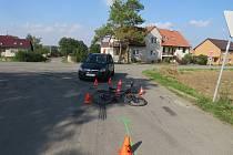 Zřejmě neopatrnost zavinila dopravní nehodu, která se ve čtvrtek 17. srpna stala v Bezměrově. Po havárii pomáhal zraněné cyklistce mimo jiné i profesionální hasič v civilu: dalším aktérem pak byl šestatřicetiletý řidič Opelu jedoucí směrem na Kojetín