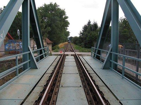 V Kroměříži se v neděli 19. července odpoledne srazil sedmnáctiletý cyklista s osobním vlakem: jako zázrakem vyvázl ze srážky pouze s lehčím zraněním.