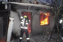 Požár chatky u Hulína. Zasahovaly tři jednotky hasičů