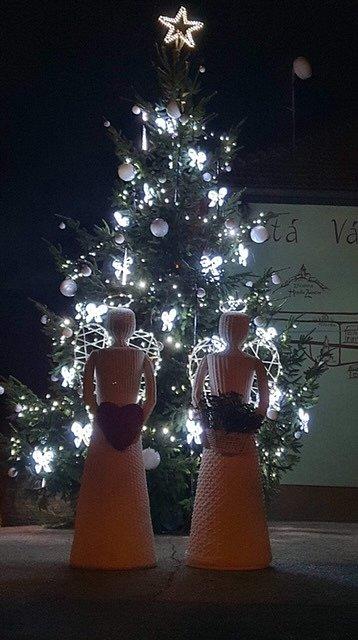 Vánoční strom a výzdoba v obci Komňa