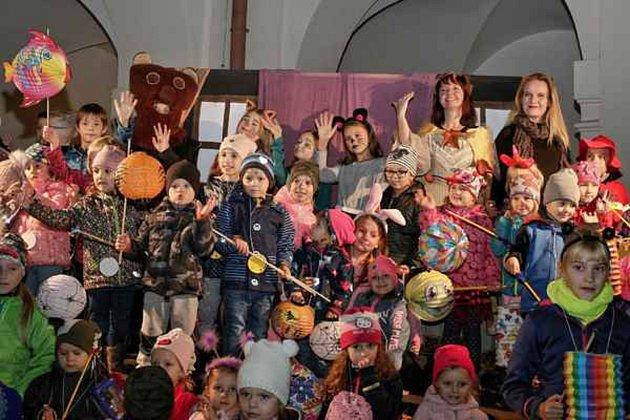 PRŮVOD I DIVADLO. Desítky dětí si lampionový průvod Holešovem, ale i divadlo náramně užily.