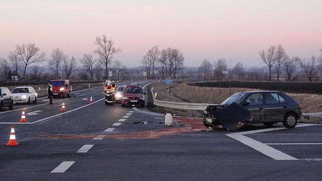 Na křižovatce u Bezměrova k další dopravní nehodě dvou osobních aut zn. Dacia a Peugeot.
