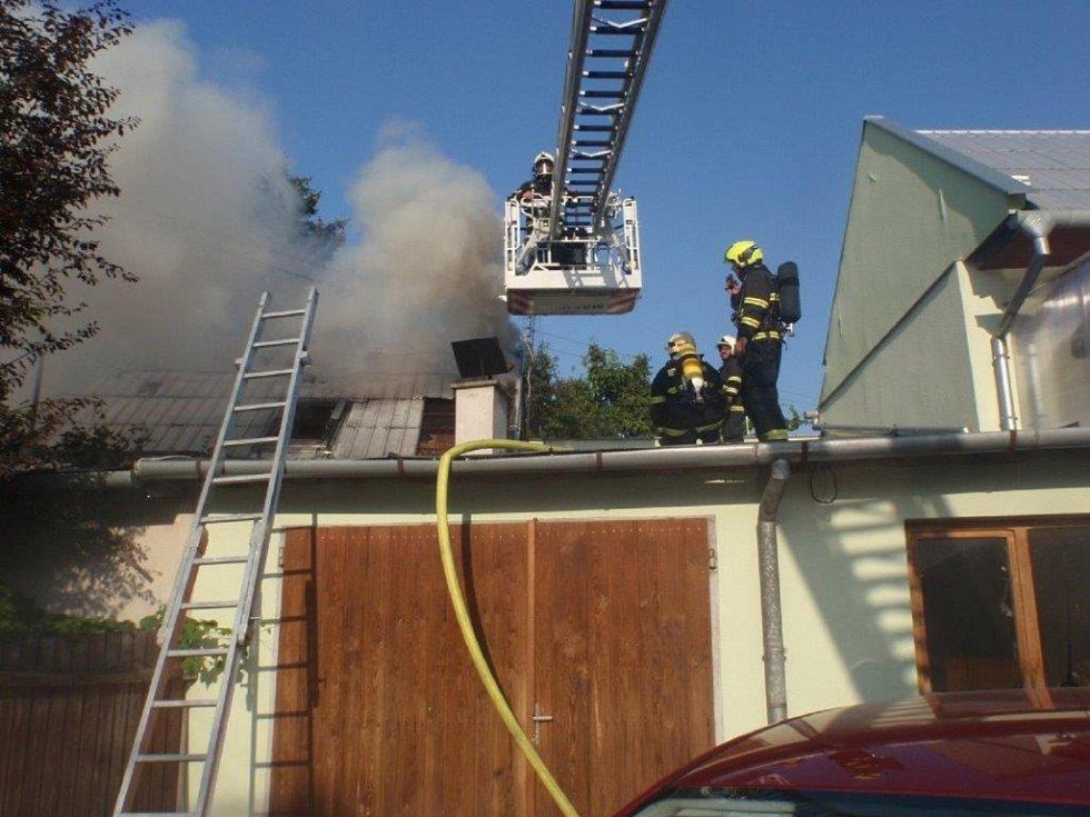 Požárem byla zničena střecha rodinného domu v Morkovicích.