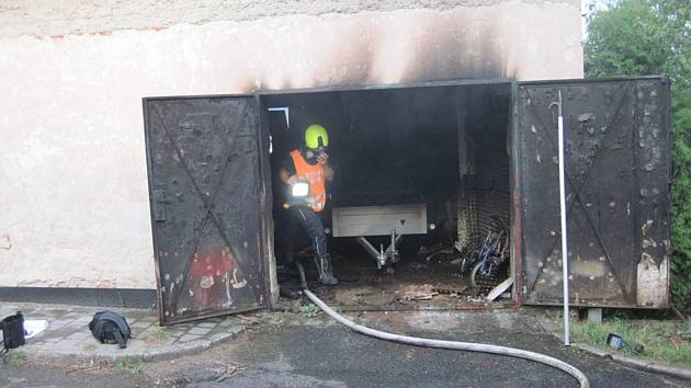 V obci Roštění propukl požár v garáži.