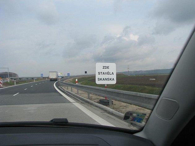 """Ministr Bárta nechal také podél dálnice z Kroměříže do Hulína vyvěsit cedule s nápisy """"Zde stavěla Skanska""""."""