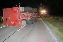 Mladý řidič se lekl srny a převrátil přívěs s obilím.