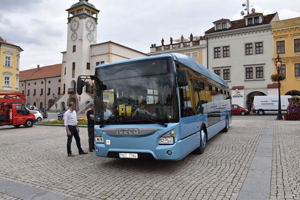 JEZDIT SE BUDE POHODLNĚ I EKOLOGICKY. Město si od nového autobusu slibuje úspory na provozních nákladech. Také ochrana životního prostředí je nezanedbatelným přínosem.