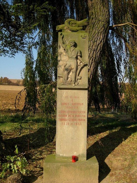 70 let loni uplynulo od letecké bitvy nad oblastí Hané, při níž přišel v srpnu 1944 u Věžek na Kroměřížsku o život americký pilot James E. Hoffman. Na snímku pomník, který v místě tragédii připomíná.