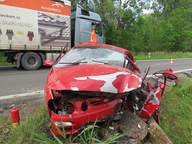 Ze zdemolovaného auta museli devětapadesátiletého řidiče vyprostit hasiči. Vzhledem k rozsahu zranění byl transportován vrtulníkem do brněnské nemocnice.