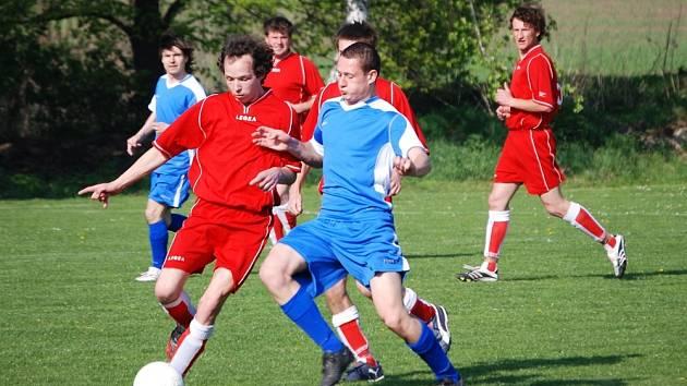 Hráči Tučap (v červeném) zvládli domácí duel s Počenicemi.