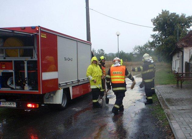 Silný déšť hasičům komplikoval práci, na stanici se jednotky vrátili až po hodině a půl.