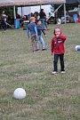 Sobotní odpoledne patřilo v Kroměříži hudbě. Na Pionýrské louce se konal Kromfest, festival pro celou rodinu. I přes občasný déšť se na kapely přišly podívat stovky lidí.