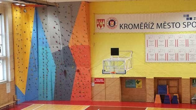 Na lezecké stěně v kroměřížské tělocvičně Slavia přibyla nová, žluto-modrá část vlevo.