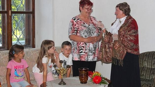 Školáci ze Zdounek a okolí se vypravili ve stopách Marie von Ebner Eschenbach, aby se dozvěděli o detailech z jejího života a seznámili se s jejími díly. Zbyl také čas na hry, opékání špekáčků a další aktivity, noc pak děti strávily stylově na zámku.
