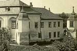 MORKOVICE-SLÍŽANY. 30. léta. Na začátku 20. století byl zámek řadu let neobývaný a pustl. Zásadním se pak pro něj stal rok 1911, kdy panství odkupuje Filip Kinský, který přikročil k rozsáhlým stavebním úpravám.