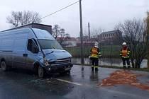 Z poškozených aut vyteklo velké množství provozních kapalin.