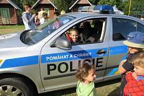 Prázdninový dětský tábor v rekreačním areálu Kamínka nedaleko Roštína navštívili poslední srpnový týden kroměřížští policisté.