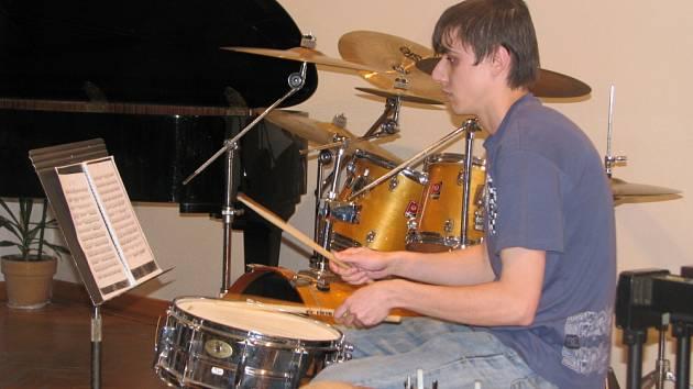 V Základní umělecké škole Kroměříž měli ve středu 8. dubna 2009 absolventský koncert bubeníci. Na snímku je Vojtěch Plachý.