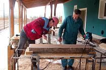 Ve Chvalnově v těchto dnech pracují dělníci na stavbě volnočasového střediska. V rámci něj tam vznikne výletiště či víceúčelové hřiště.