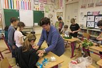Děti ze Základní školy v Přílepech vyráběly adventní věnce pro Vánoce 2019.