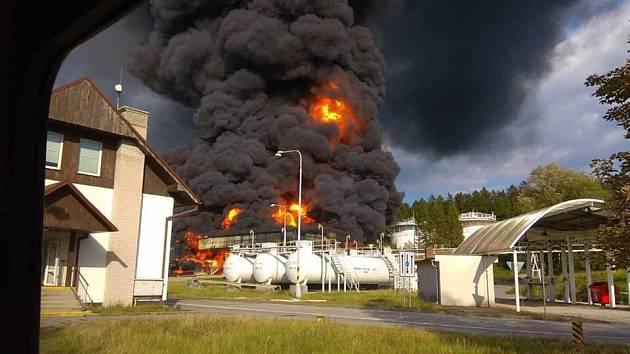 Hořící nádrže v areálu Čepro