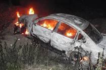 Hořící VW Passat hasily v Chropyni dvě jednotky hasičů