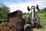Traktor s hnojem se převrátil na louce.