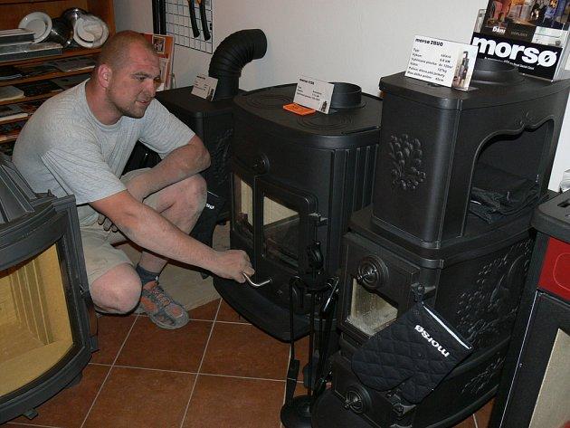 LITINOVÉ ČI KACHLOVÉ? Tomáš Posolda z Kroměříže ochotně poradí každému zákazníkovi při výběru vhodného topidla.