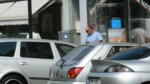Na kroměřížské ulici Vejvanovského si lidé musejí koupit nejprve z automatu parkovací lístek.