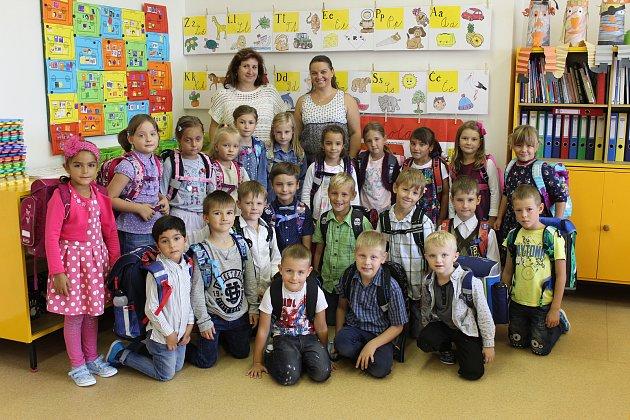 Třída prvňáčků 1.B z3. základní školy vHolešově spaní učitelkou Mgr. Veronikou Obdržálkovou