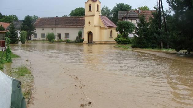 Strabenice uklízí po lokální záplavě