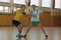 FC Hulín (ve žlutém) a Zelená Křídla bojují o nejvyšší příčky.