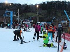 Přestože sněhové podmínky nebyly perfektní, vánoční prázdniny si na uherskohradišťskou Stupavu přijelo užít spoustu rodin.