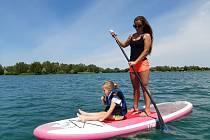 Zábava na vodě - jízda na paddleboardech.