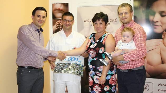 Zástupci závodu Rohálovská 50 předali v půli června zástupcům Kroměřížské nemocnice patnáct tisíc korun: výtěžek poputuje na novorozenecké oddělení.