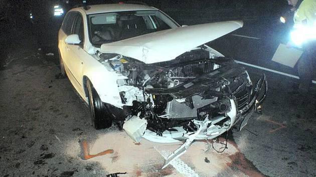 Po vážném čelním střetu dvou automobilů v Bezměrově došlo ke zranění jedné osoby. Tu si do své péče převzala posádka přivolané zdravotnické záchranné služby.