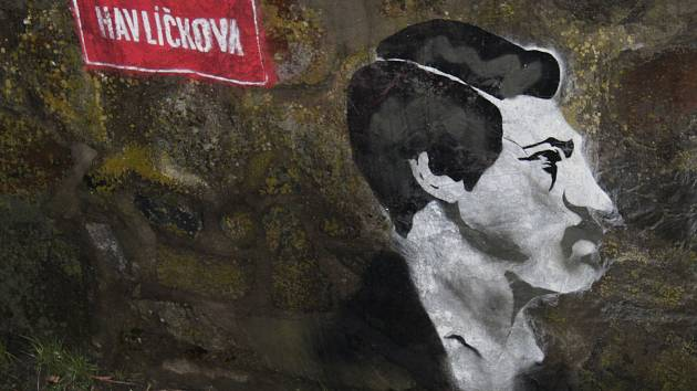 Dvojici už zvěčněných pánů - Palackého a Stojana doplnil v Hulíně v posledních dnech také Karel Havlíček Borovský.