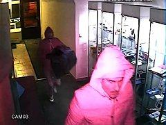 Lupiči v úterý 9. ledna ráno vtrhli do prodejny mobilních telefonů ve Vodní ulici v Kroměříži. Dovnitř se totiž dostali jednoduše: rozbili skleněnou výplň vstupních dveří, zachytily je ale bezpečnostní kamery a po jejich totožnosti tak pátrají kriminalist