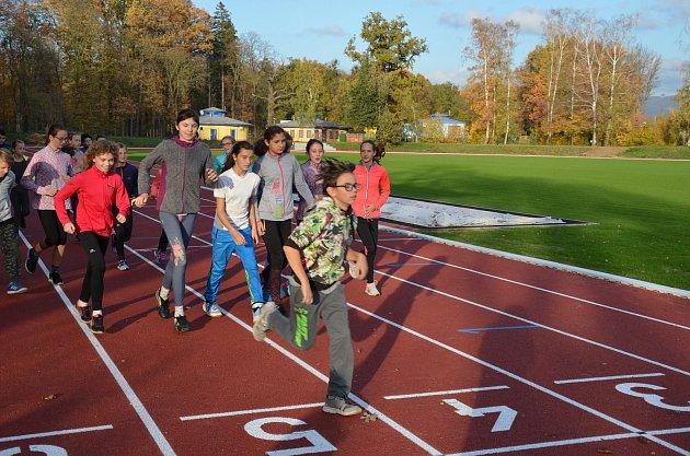 PRVNÍ SPORTOVCI. První běžci si zbrusu nový povrch atletickém oválu náramně užívali.