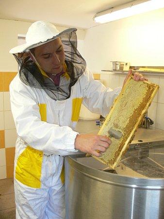 Včelař Michal Říha na jeho včelí farmě.