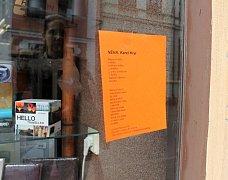 Guerilla Poetring neboli ukrývání básní v ulicích je projekt pro všechny, kteří chtějí svými básněmi netradičně překvapit a potěšit jejich nálezce. Básničnky od Karla Kryla si tak ve Vodní ulici mohli poslední zářijový den přečíst i lidé z Kroměříže.
