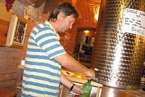 Ve vinárnách se už prodává burčák. Snímek je z kroměřížské vinotéky U Lišky v Kroměříži.