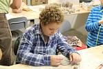 V rámci prázdninového keramického dárkohraní si děti v bystřickém Včelíně mohli vytvořit třeba první vánoční dárky.