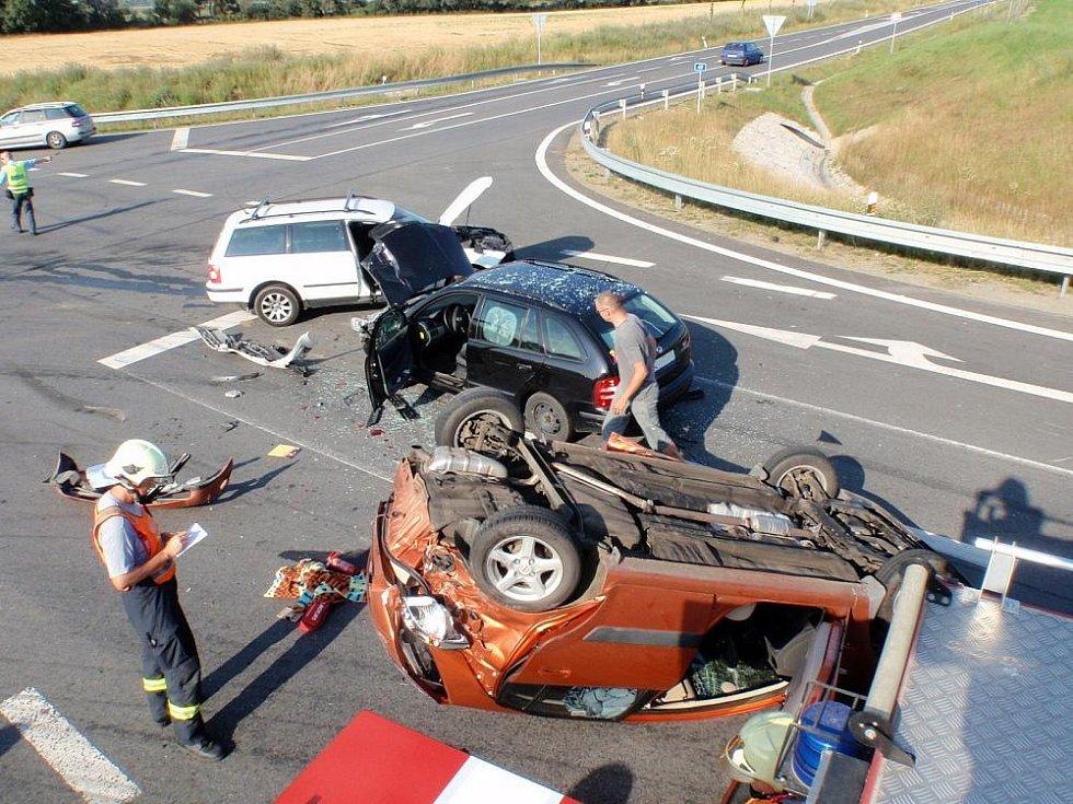 Po střetu tří vozů dva zranění a zablokovaná křižovatka