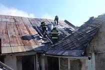 Na Kroměřížsku hořela střecha domu a strniště