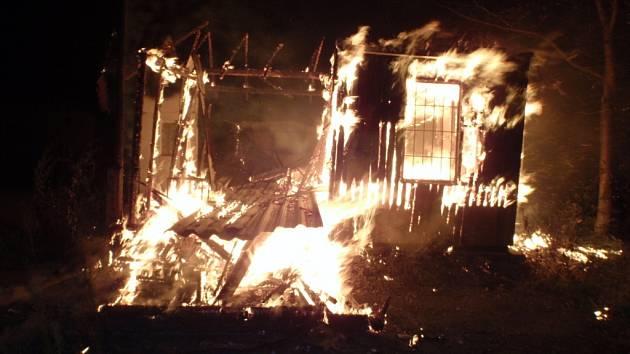 Příčina požáru nevyužívaného průmyslového objektu v kroměřížské části Vážany zatím není jasná.