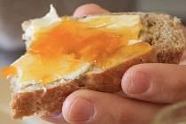 Snídat čerstvý kváskový chléb s domácím džem je radostí k nezaplacení.