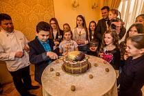Jaroslav Voříšek z Kroměříže získal ocenění Zlatý oříšek 2015 pro děti, které vynikají v mimoškolní činnosti. V jeho případě se jedná o vynikající výsledky v oblasti vážné hudby, je totiž multiinstrumentalistou a vítězem řady mezinárodních i domácích sou